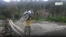 Kondisi jembatan yang rapuh tenyata membuat Jhon harus mengangkat motornya saat sebrangi sungai.