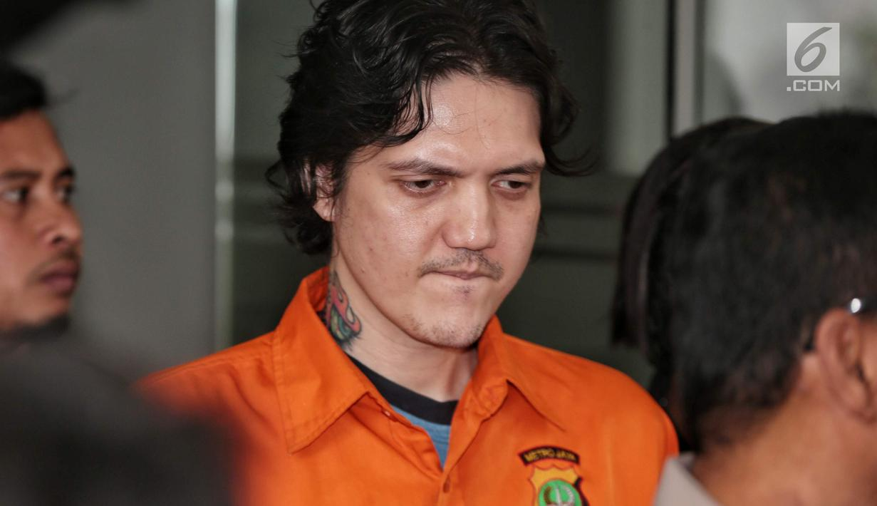 Anak musisi Ahmad Albar, Ozzy Albar dihadirkan dalam rilis kasus Narkoba di Dirtresnarkoba Polda Metro Jaya, Jakarta, Kamis (13/9). Ozzy ditangkap di sebuah ATM di Jalan Wolter Monginsidi dengan barang bukti ganja 2,66 gram. (Liputan6.com/Faizal Fanani)