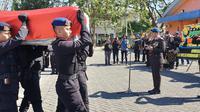 Evakuasi jenazah Briptu Haedar, polisi di Papua yang ditembak KKB di Kabupaten Puncak. (Liputan6.com/Polda Papua/Katharina Janur)