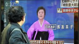 Pejalan kaki melihat sebuah layar televisi yang menampilkan siaran khusus Korean Central Television dengan penyiar berita, Ri Chun-Hee saat memberitakan peluncuran roket Korea Utara, di Tokyo pada tanggal 7 Februari 2016. (AFP Photo/Kazuhiro Nogi)