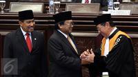 Ketua DPD RI Oesman Sapta Odang mendapat ucapan selamat usai pelantikan Pimpinan DPD RI di Komplek Parlemen, Senayan, Jakarta, Selasa (4/4). (Liputan6.com/Johan Tallo)