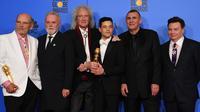 Aktor Rami Malek foto bersama Jim Beach, Roger Taylor, Brian May, Graham King, dan Mike Myers usai dirinya meraih penghargaan Golden Globes 2019 di The Beverly Hilton, Beverly Hills, California, Minggu (6/1). (Photo by Jordan Strauss/Invision/AP)