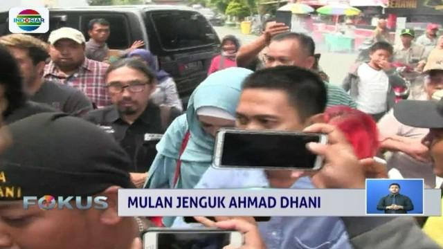 Mulan Jameela jenguk Ahmad Dhani di Rutan Medaeng, Sidoarjo. Kedatangan Mulan sempat ditolak pihak rutan karena tidak memiliki izin kunjungan.
