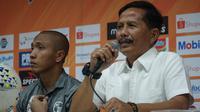 Pelatih Barito Putera Djadjang Nurdjaman puas setelah timnya berhasil mencuri poin di kandang Persib Bandung. (Liputan6.com/Huyogo Simbolon)