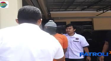 Dari penggeledahan di rumah tersangka, petugas kembali menemukan uang palsu. Bahkan dengan nilai jauh lebih besar, yaitu pecahan 10 ribu dolar Singapura senilai 23 juta dolar atau setara lebih dari Rp 238 miliar.