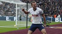 Striker Tottenham, Harry Kane, merayakan gol yang dicetaknya ke gawang West Ham pada laga Premier League di Stadion London, London, Sabtu (23/11). West Ham kalah 2-3 dari Tottenham. (AFP/Adrian Dennis)