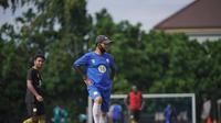 Djajang Nurdjaman memimpin skuat Barito Putera berlatih di lapangan Universitas Negeri Yogyakarta (UNY). (Dok Barito Putera)