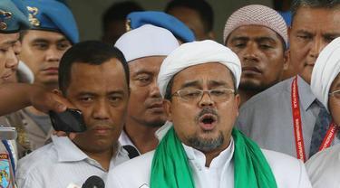Pimpinan FPI, Muhammad Rizieq Shihab memberi keterangan usai menjalani pemeriksaan di Bareskrim, Jakarta, Rabu (23/11). Pemeriksaan beragendakan melengkapi berkas sebelumnya di tingkat penyelidikan. (Liputan6.com/Immanuel Antonius)