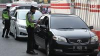 Polisi memberikan surat tilang kepada pengemudi mobil berpelat nomor genap di Jalan MT Haryono, Jakarta, Rabu (1/8). Polisi hari ini mulai memberlakukan sanksi tilang kepada pelanggar aturan di kawasan perluasan ganjil genap (Merdeka.com/Iqbal S. Nugroho)
