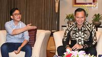 Putra sulung Presiden Joko Widodo, Gibran Rakabuming Raka, dan putra sulung Presiden RI ke-6 Susilo Bambang Yudhoyono, Agus Harimurti Yudhoyono (AHY), ketika berbincang di Istana Kepresidenan, Jakarta, Kamis (10/8/2017). (Liputan6.com/Pool)
