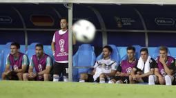 Ozil dan kompatriotnya di timnas Jerman, Ilkay Gundogan, jadi sasaran kritik setelah berfoto bersama Presiden Turki, Recep Tayyip Erdogan, sebelum berlangsungnya Piala Dunia 2018 di Rusia, Juni lalu. (AP/Thanassis Stavrakis)