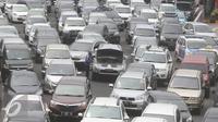 Sebuah kendaraan mogok di Tol Jagorawi, Jakarta, Selasa (29/11). Untuk mengurangi kepadatan, PT Jasa Marga (Persero) Tbk akan memberlakukan sistem transaksi terbuka di Jalan Tol Jagorawi mulai Juni 2017 mendatang. (Liputan6.com/Immanuel Antonius)