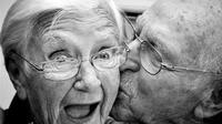 Kebahagiaan bertambah seiring dengan bertambahnya usia karena kita mengembangkan dan menguasai fungsi-fungsi kognitif yang diperlukan.
