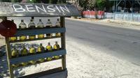 Penjualan bensin eceran di Palu masih ramai diserbu pembeli.