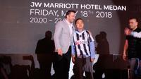 Del Piero bersama fans Juventus cilik, Denzel Henson Usman yang mendapatkan jersey khusus hasil lelang (Liputan6.com/Reza Efendi)