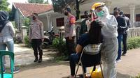 Ketua RT Sekeluarga Positif Covid-19, Ratusan Warga Langsung Tes Swab. (Liputan6.com/Bam Sinulingga)