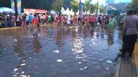 Hujan menyambut datangnya perayaan Closing Ceremony Asian Games 2018.(Tommy/Liputan6.com)
