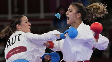 Pelindung gigi dari atlet karate asal Bulgaria, Ivet Goranova (kanan)saat bertanding melawan Bettina Plank dari Austria dalam semifinal kumite 55kg putri pada Olimpiade Tokyo 2020,  Kamis (5/8/2021). (Foto: AP/Vincent Thian)