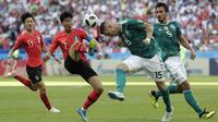 Pemain Korea Selatan, Son Heung-min (2kiri) mencoba menghalau bola dari sundulan pemain Jerman, Niklas Suele pada laga grup F Piala Dunia 2018 di Kazan Arena, Kazan, Rusia, (27/6/2018). Korea menang atas Jerman 2-0. (AP/Lee Jin-man)