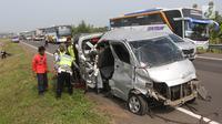 Petugas mengevakuasi mobil Grand max yang mengalami kecelakaan diKM 152Tol Cipali, Jawa Barat, Minggu (10/6).Kecelakaan terjadi karena mobil oleng dan menabrak pembatas jalan tol. (Liputan6.com/Arya Manggala)