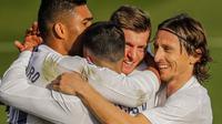 Para pemain Real Madrid merayakan gol yang dicetak oleh Toni Kroos ke gawang Valencia pada laga Liga Spanyol di Stadion Alfredo Di Stefano, Minggu (14/2/2021). Real Madrid menang dengan skor 2-0. (AP/Manu Fernandez)