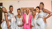 Pria sosialita Nigeria yang dikenal sebagai Pretty Mike, datang ke sebuah pesta bersama enam ibu hamil. Aksinya menuai kritik dan kontroversi (Instagram)