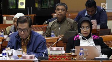Kepala Badan Pembinaan Hukum Nasional Enny Nurbaningsih (kanan) dan anggota tim pemerintah pembahasan RUU KUHP yang juga pakar hukum Muladi mengikuti rapat RUU KUHP dengan Komisi III DPR, Jakarta, Senin (5/2). (Liputan6.com/Johan Tallo)