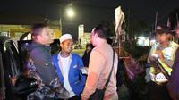 Saalah satu peserta people power asal Garut, terpaksa dihentikan polres Garut tadi malam (Liputan6.com/Jayadi Supriadin)