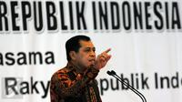 Ketua Umum Dekopin, Nurdin Halid saat memberikan sambutan pembuka diskusi Menata Sistem Perekonomian Nasional berdasarkan Pasal 33 UUD NKRI tahun 1945 di Kompleks Parlemen, Jakarta, Kamis (26/11/2015). (Liputan6.com/Helmi Fithriansyah)