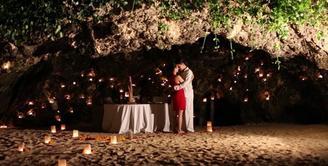 Pasangan yang telah resmi menikah pada 1 Oktober 2015 lalu ini sedang menikmati momen bulan madu mereka di Bali. Potret penuh cinta kerap diunggah oleh Glenn Alinskie dan Chelsea Olivia di akun instagram mereka. (via instagram/@chelseaoliviaa)
