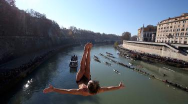 Seorang pria Italia bernama, Marco Fois melompat ke Sungai Tiber dari jembatan Cavour, Roma, Italia (1/1). Di Roma, Perayaan Tahun Baru ditandai dengan lompatan ekstrem beberapa pria yang terjun dari jembatan Cavour. (Reuters/Alessandro Bianchi)