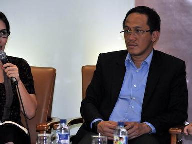 Ketua Pansus Pelindo Rieke Diah Pitaloka (kiri) bersama Anggota Pansus Pelindo Wahyu Sanjaya saat menjadi narasumber diskusi Dialektika Demokrasi yang mengambil tema Dimana Muara Pelindo II gate di Jakarta, Jumat (13/11/2015). (Liputan6.com/Johan Tallo)