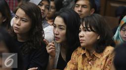 Kembaran Wayan Mirna Salihin, Sandy Salihin bersama rekannya menyaksikan jalannya sidang lanjutan kasus kopi beracun di PN Jakarta Pusat, Rabu (3/8). Sidang beragendakan mendengarkan keterangan ahli forensik dari RS Polri. (Liputan6.com/Immanuel Antonius)