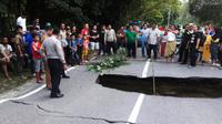 Jalan ambles kembali memutus jalur lintas Riau-Sumbar di kilometer 70, yakni di Desa Bukit Agung, Kecamatan Kuok, Kabupaten Kampar. (Liputan6.com/M Syukur)