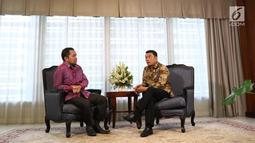 Chief Content Officer KLY, Wens Manggut saat mewawancarai Kepala Staf Presiden Moeldoko di Jakarta, Rabu (16/1). Dalam wawancara tersebut Moeldoko memaparkan kinerja kerja pemerintahan Jokowi-JK hingga saat ini. (Liputan6.com/Angga Yuniar)