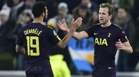 Striker Tottenham Hotspur Harry Kane (kanan) merayakan gol bersama Mousa Dembele pada laga leg pertama babak 16 besar Liga Champions kontra Juventus di Stadion Allianz, Turin, Selasa (13/2/2018). (AFP/Miguel Medina)