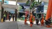 Petugas Dinas Pemadam Kebakaran dan Penanggulangan Bencana DKI Jakarta serta Pekerja Penanganan Sarana dan Prasarana Umum (PPSU) dikerahkan bantu penanganan banjir di RSCM. (Liputan6.com/Ady Anugrahadi)