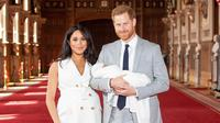Pangeran Harry dan Meghan Markle memperkenalkan bayi mereka (Dominic Lipinski/AP)