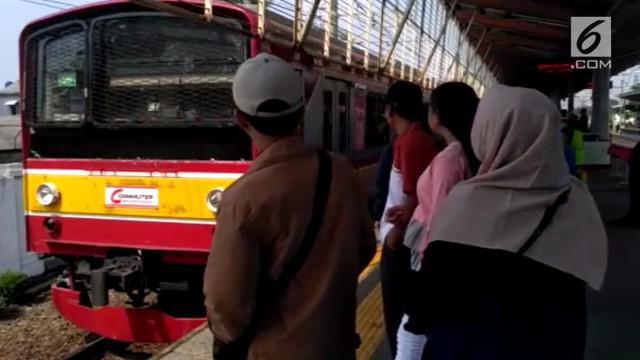 Di Hari Raya Idul Fitri ini masyarakat tetap antusias menggunakan moda transportasi kereta rel listrik (KRL). Libur Lebaran ini KRL tetap beroperasi normal.