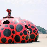 Salah satu Labu Raksasa karya Yayoi Kusama di pulau Naoshima | unsplash.com/@rena07