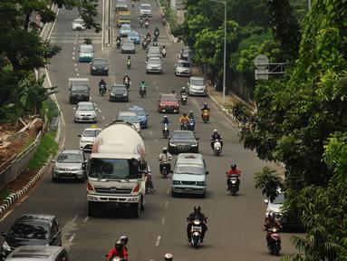 Sejumlah kendaraan melintas di Jalan Prof Dr Satrio, Kuningan, Jakarta, Senin (4/1/2016). Pasca libur panjang perayaan Natal 20015 dan Tahun Baru 2016, sejumlah ruas jalan ibukota mulai dipadati pengendara. (Liputan6.com/Helmi Fithriansyah)