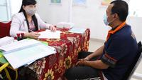 Berlokasi di Klinik Lapas Kelas I Tangerang, para napi mengantre untuk mendapat giliran konsultasi dengan dokter psikiater. (Foto:Liputan6/Pramita Tristiawati)