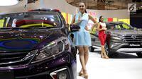 Sales Promotion Girls (SPG) atau model bersanding di samping mobil Daihatsu  pada pembukaan GIIAS 2018 di ICE BSD, Tangsel, Kamis (2/8). Acara GIIAS 2018 sendiri akan digelar hingga 12 Agustus mendatang. (Liputan6.com/Fery Pradolo)