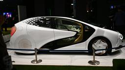 Mobil konsep Toyota LQ dipamerkan dalam Tokyo Motor Show di Tokyo, Jepang, Jumat (25/10/2019). (TRIBALLEAU CHARLY/AFP)