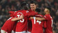 Para pemain Manchester United merayakan gol yang dicetak Scott McTominay ke gawang Arsenal pada laga Premier League di Stadion Old Trafford, Manchester, Senin (30/9). Kedua klub bermain imbang 1-1. (AFP/Paul Ellis)