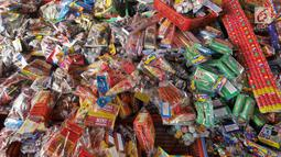 Sejumlah petasan terlihat di pasar gembrong, Jakarta, Senin (11/6). Imbas meledakanya pabrik petasan di tanggerang beberapa waktu lalu, harga petasan dan kembang api naik saat menjelang Lebaran 2018. (Liputan6.com/Herman Zakharia)
