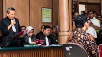 Ketua tim JPU, Ali Mukartono, membacakan eksepsi atas keberatan pembelaan penasehat hukum dan Basuki Tjahaja Purnama (Ahok) dalam sidang lanjutan kasus dugaan penistaan agama di PN Jakarta Utara, Selasa (20/12). (Liputan6.com/Pool/Agung Rajasa)