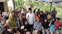 Cawako Palembang Sarimuda berfoto bersama warga Kecamatan IB 1 Palembang dan pendukungnya (dok.istimewa / Nefri Inge)