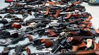 Sebagian dari senjata api simpanan disita di sebuah rumah di Los Angeles pada hari Rabu, 8 Mei 2019. (Departemen Kepolisian Los Angeles / AP)