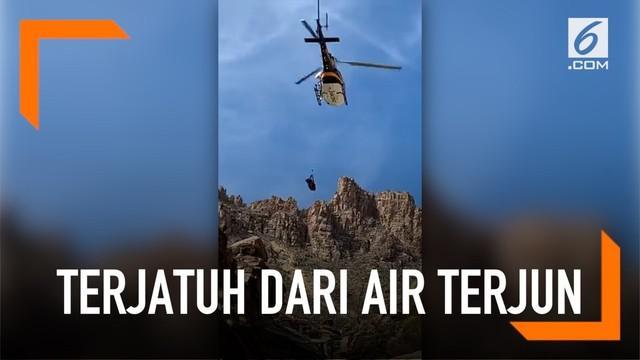 Seorang bocah jatuh dari air terjun Seven Falls, Arizona, Amerika Serikat. Proses evakuasi dilakukan dengan mengerahkan helikopter.